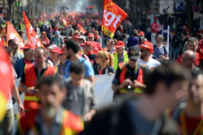 «Les unions syndicales de proximité sont le moyen de créer des espaces de solidarité entre les actifs de différents statuts, les chômeurs, les jeunes, les travailleurs immigrés, les retraités» (Défilé de la CGT du 1er mai ).