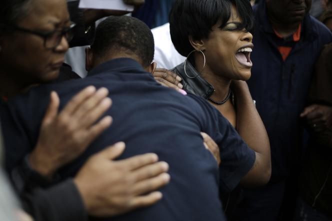 Une foule réagit à l'annonce des poursuites contre six policiers impliqués dans la mort de Freddie Gray, le 1er mai à Baltimore.
