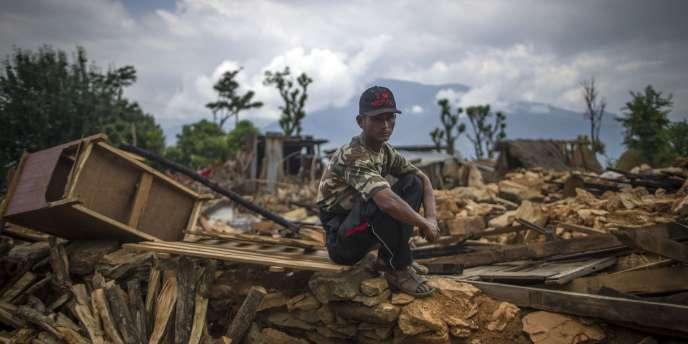 L'aide commence lentement à parvenir aux villes et villages nichés dans les montagnes, tandis que la question de la gestion des corps des victimes devient de plus en plus préoccupante.