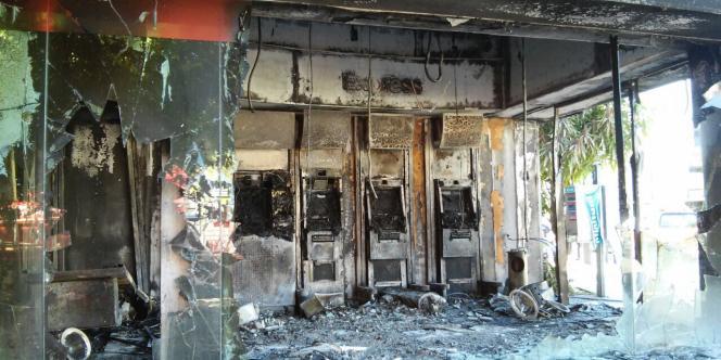 Une banque incendiée à Puerto Vallarta, dans l'Etat du Jaliso, théâtre de violents affrontements, le 1ermai.