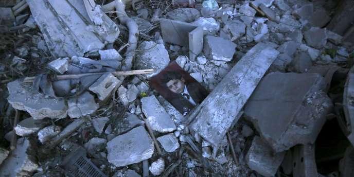 La photographie d'une enfant dans les décombres d'une maison à Al-Qatrgi, un quartier d'Alep, le 1er mai.
