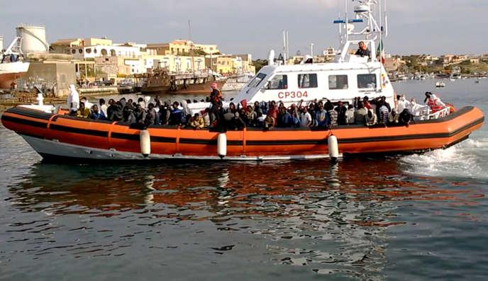 Un navire des gardes-côtes italiens avec à son bord des migrants secourus en mer, samedi 2 mai.