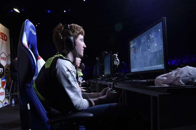 L'équipe américaine Optic gaming se prépare sur le jeu Call of Duty Advanced Warfare à la compétition de l'ESWC (Electronic Sports World Cup) le 3 mai 2015.