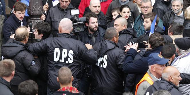 Le département protection et sécurité a exfiltré des journalistes de Canal+ agressés par des militants frontistes, vendredi 1er mai lors du défilé du Front national en hommage à Jeanne d'Arc.