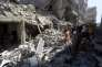 Des civils dans les décombres d'un bâtiment vraisemblablement touché par un baril d'explosif lancé par des avions du régime, selon les hypothèses des militants des droits de l'homme, le 3 mai, à Alep.