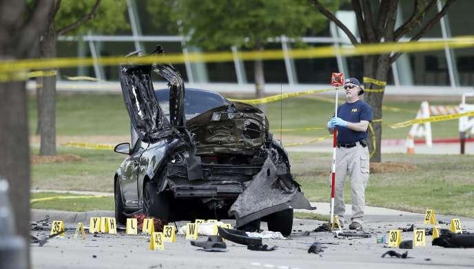 Des policiers du FBI à proximité de la voiture des deux assaillants de Garland, au Texas, le 4mai.
