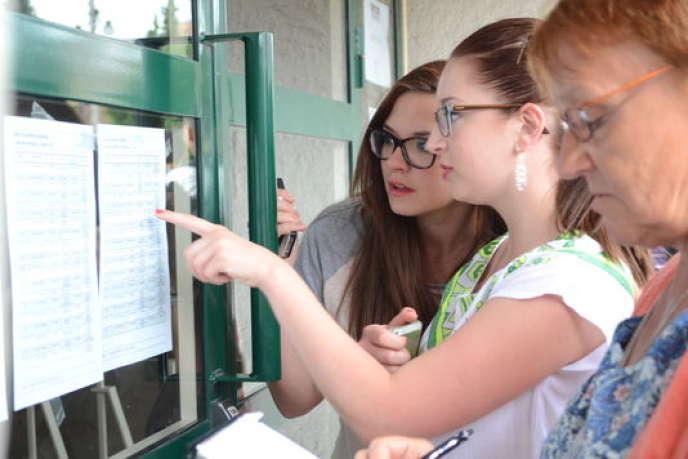 Des futures bachelières scrutent les listes à la recherche de leur nom, au lycée Condorcet de Lens, le 4juillet.
