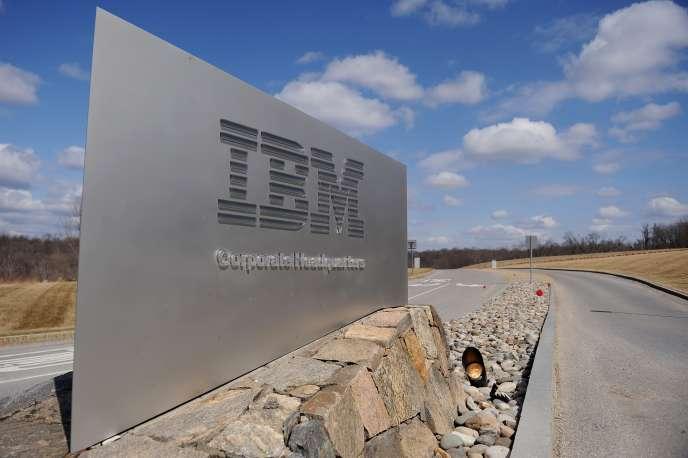 """« Les""""new collars"""", les """"nouveaux cols"""", [est] un terme inventé par Ginni Rometty, la dirigeante du groupe IBM, afin de qualifier cette main-d'œuvre du XXIesiècle que l'entreprise recherche désespérément » (Photo: IBM, Armonk, EtatsUnis, en 2009)."""