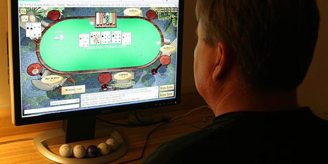 Un internaute américain joue au poker en ligne. Le gouvernement socialiste s'apprête à voler au secours du poker en ligne, et de la dizaine de sociétés actives sur ce marché en perdition.