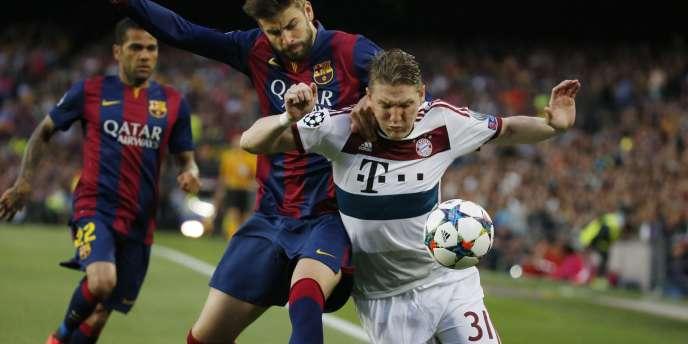 Gerard Piqué (à gauche) dans un duel avec Bastian Schweinsteiger, mercredi.