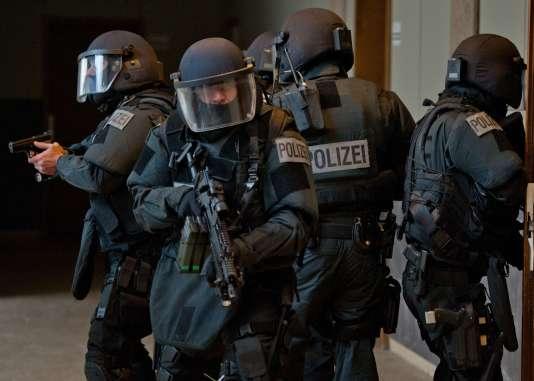 Selon les éléments de l'enquête, l'organisation avait pour «objectif de commettre, sur le sol allemand, en petits groupes, des attaques visant des personnalités salafistes, des mosquées et des foyers pour demandeurs d'asile».