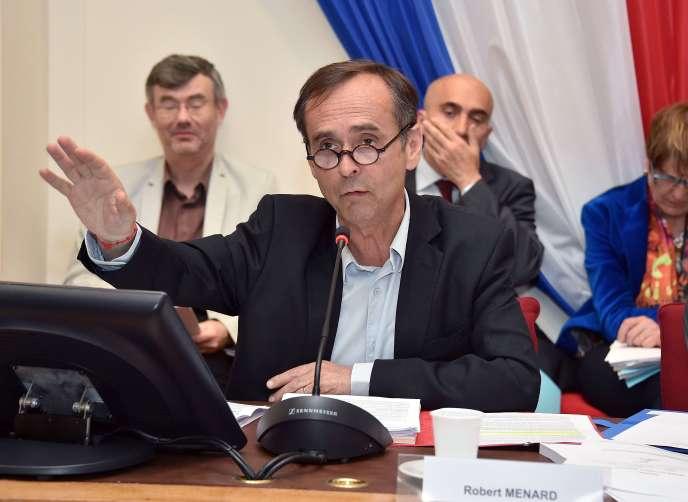 Robert Ménard à la mairie de Béziers, le 5 mai.