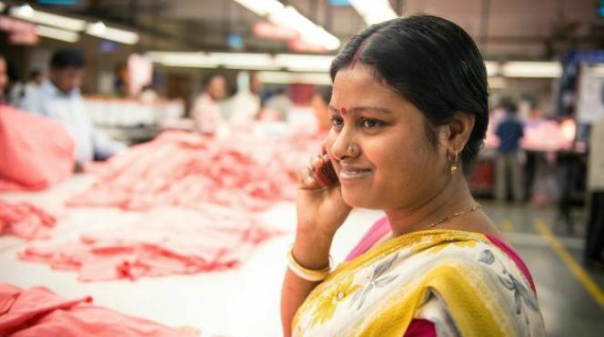 Une ouvrière textile répond sur son téléphone portable à l'enquête menée par Marks & Spencer.