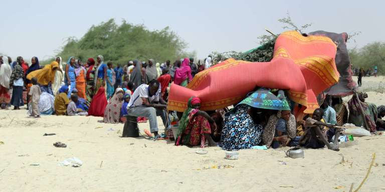 Une photographie du programme alimentaire mondial montre des dizaines de personnes évacuées des îles nigériennes du lac Tchad, sous des tentes de fortune, à N'Guigmi le 5 mai 2015.