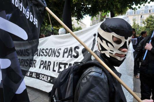 """Manifestation à Paris, le 21 juin 2009, en soutien aux neuf personnes du """"groupe de Tarnac"""" mises en examen dans le cadre de l'enquête sur des sabotages de lignes TGV."""