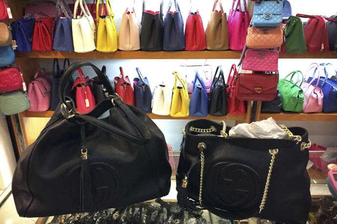 «La France figure parmi les principales victimes de la contrefaçon, juste derrière les Etats-Unis, puisqu'en 2016 17 % des produits de contrefaçon saisis usurpaient des marques ou des brevets français» (sacs de marque contrefaits, à Pékin, en 2015).