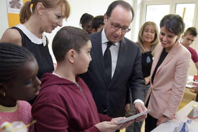 Le président de la République François Hollande et la ministre de l'éducation nationale Najat Vallaud-Belkacem rendent visite au collège Jules Verne aux Mureaux, le 7 mai, 2015.