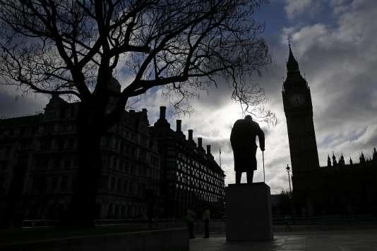 La statue de Winston Churchill et l'Elizabeth Tower, la tour  horloge du Palais de Westminster abritant Big Ben,  se détachent dans le ciel d'un petit matin londonien.