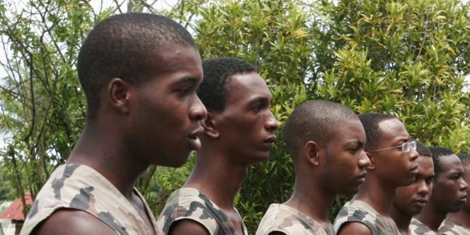 Les troupes du 2e régiment du service militaire adapté en revue, le 26 août 2006 à Baie-Mahault en Guadeloupe.