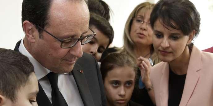 Le président de la République était accompagnéde la ministre de l'éducation nationale, Najat Vallaud-Belkacem, qui porte la réforme des collèges.