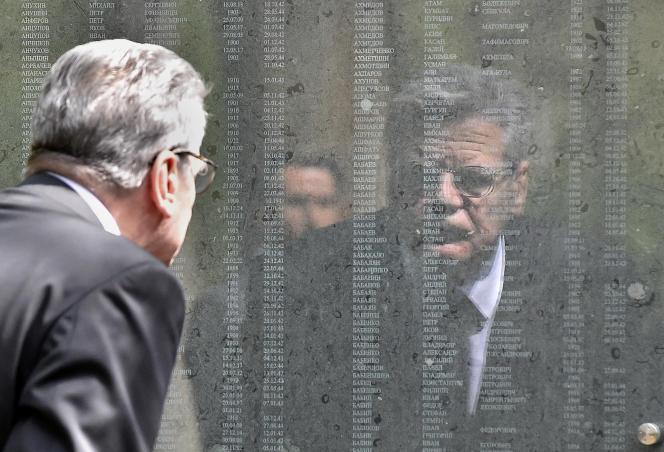 Le président allemand, Joachim Gauck, lit les noms de prisonniers de guerres russes morts au stalag 326, à Schloss Holte-Stukenbrock, en Rhénanie-du-Nord-Westphalie.