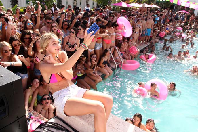 Gigi Hadid, 20 ans, 3,4 millions de fans sur Instagram,  en plein selfie lors d'une fête de la marque Victoria's Secret à Miami Beach, en Floride, à l'occasion du