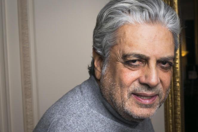 Le chanteur Enrico Macias dans son appartement le 13 novembre 2012.