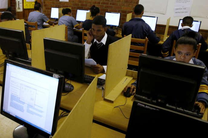 Des étudiants utilisent des ordinateurs dans un établissement du Cap ( Afrique du Sud) grâce à un accès gratuit au wifi.