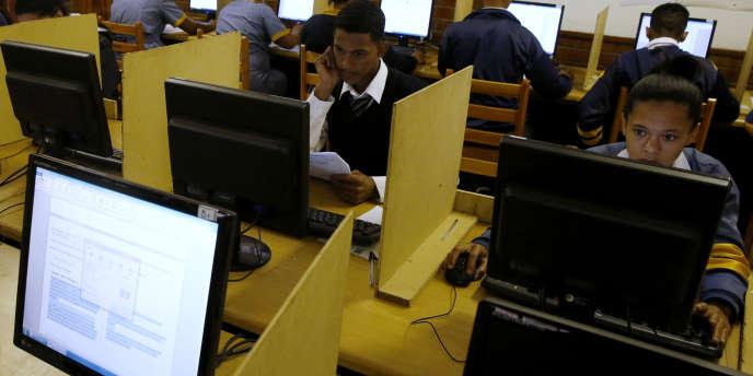 Des étudiants utilisent des ordinateurs à l'école secondaire d'Elswood , au Cap (Afrique du Sud) en 2013.