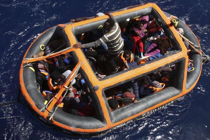 Lors d'une opération de secours de migrants en mer Méditerranée, le 8 mai.