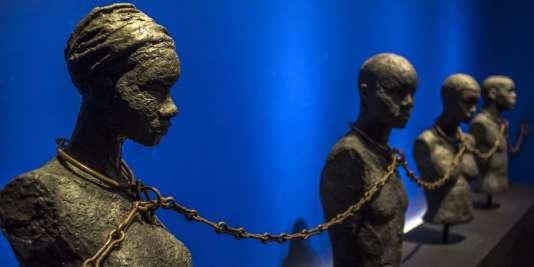 A quand un musée de l'esclavage en France ? Ici une pièce du Mémorial Acte avec des bustes d'esclaves reliés par la chaîne de la servitude. Le Mémorial Acte a été inauguré par le président François Hollande, le 10 mai 2015 lors de son voyage dans les Antilles.