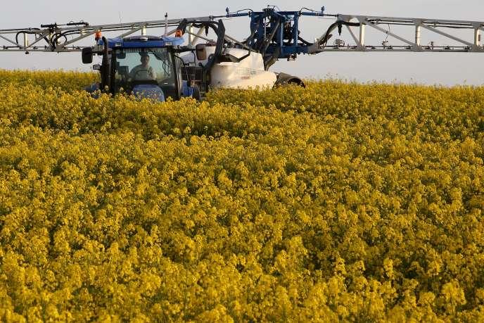 Un agriculture propage un insecticide, le 10 mai 2015 à Blecourt.