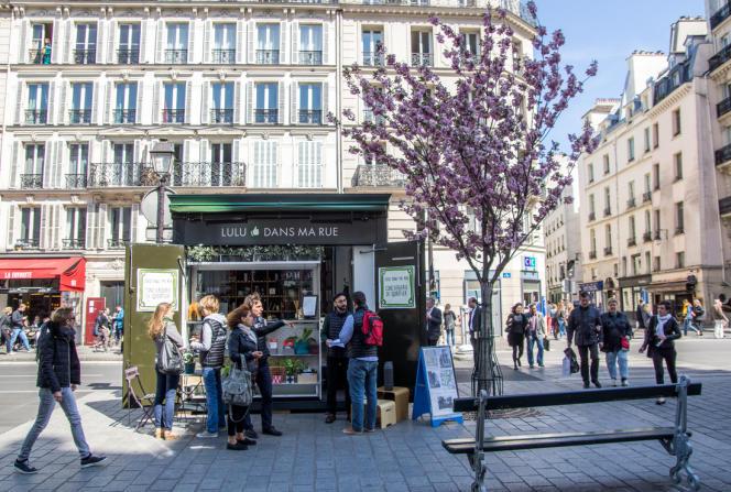 Installée dans un ancien kiosque à Paris, la société de services Lulu dans ma rue propose un service de conciergerie, également disponible par le biais d'une application.