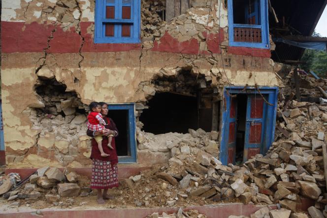 Une femme devant les débris de sa maison à Lalitpur, au Népal, lundi 11 mai.
