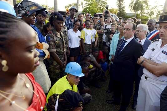 François Hollande parle à des volontaires du SMA, le 10 mai 2015, à Pointe-a-Pitre.