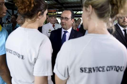François Hollande (ici en mai à Pointe-à-Pitre) doit annoncer lundi une amélioration du service civique, qui permet à des jeunes entre 16 et 25 ans de s'investir dans une mission d'intérêt général.