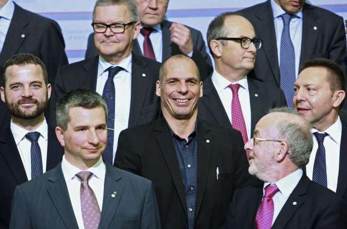 Le ministre grec des finances, Yanis Varoufakis, au centre, aux côtés de ses homologues européens, lors d'un sommet informel à Riga en Lituanie, le 24 avril.