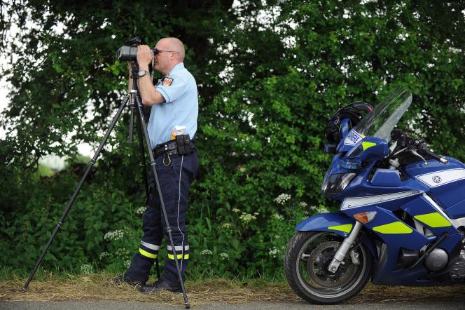 Un gendarme contrôle la circulation routière, le 1er juin 2014, près de Nantes.