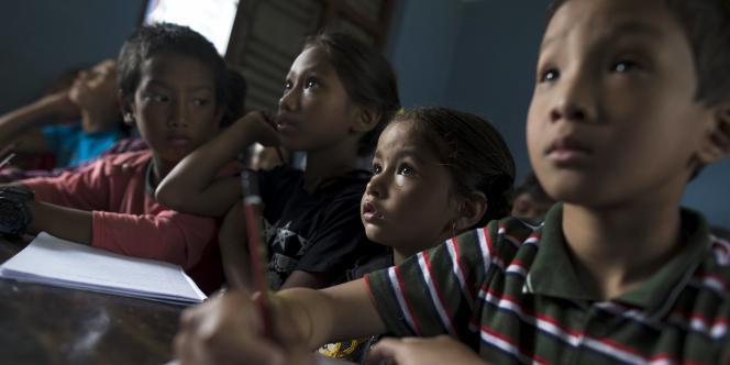 Un cours dispensé par une organisation d'aide internationale le 11 mai à Sankhu, dans la banlieue de Katmandou, capitale du Népal.