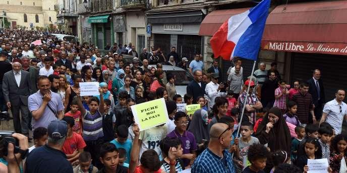 Une manifestation, le 8 mai, à Béziers, contre les déclarations du maire, Robert Ménard, qui avait affirmé qu'il collectait des informations sur la religion des écoliers de la ville à partir de leur prénom.