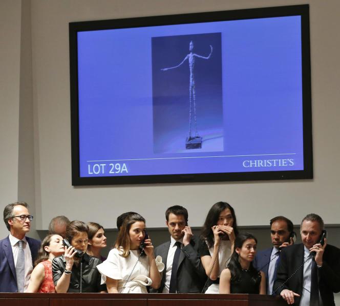 « L'homme au doigt » d'Alberto Giacometti a été adjugée 141,28 millions de dollars lundi 11 mai chez Christie's.