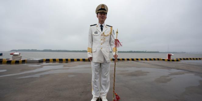 Un soldat chinois dans le port de Shanghaï le 9 mai.