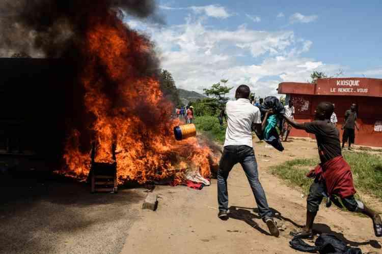 Des manifestants brûlent des matelas pris dans un poste de police du quartier de Musaga.