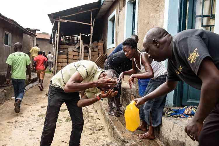 Des manifestants affectés par les gaz lacrymogènes dans le quartier de Musaga, à Bujumbura.