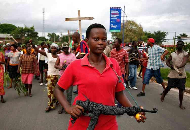 Une manifestante dans le centre de Bujumbura, le 13 mai.
