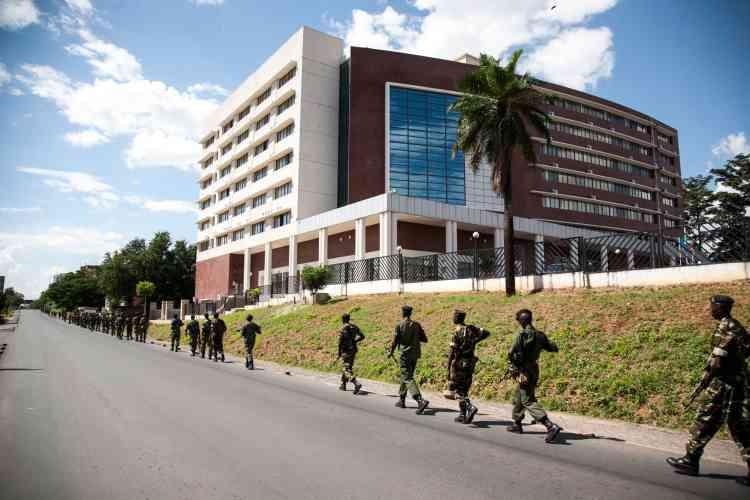 Les manifestations restaient cependant circonscrites à plusieurs quartiers de la capitale depuis deux semaines. Ici, l'armée en patrouille devant le ministère des finances, le 13 mai à Bujumbura.