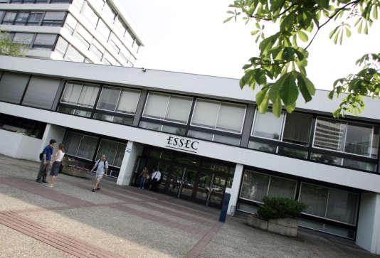 Entrée de l'Essec (Ecole supérieure des sciences économiques et commerciales), à Cergy (Val-d'Oise), en 2004. L'école a été pionnière sur la question de l'alternance.