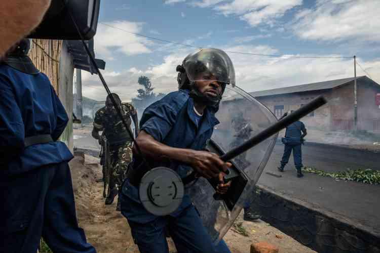 Dans le quartier de Musaga, à Bujumbura, des centaines de manifestants ont défié la police, qui a tiré sur la foule. Un commissariat a été incendié.