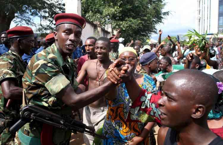 Durant ces négociations, une partie de l'armée fraternisait avec la foule. L'armée a, ici et là, protégé les manifestants de la police ces deux dernières semaines.