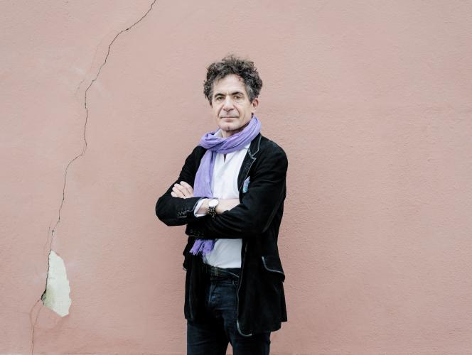 Etienne Klein est philosophe et physicien. Il est directeur de recherche au Commissariat à l'énergie atomique et aux énergies alternatives (CEA) et dirige le Laboratoire de recherches sur les sciences de la matière (Larsim) de Saclay (Essonne).